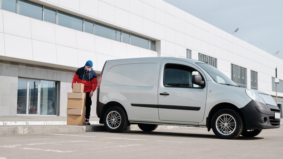 2020.05.25 delivery-man-with-boxes-next-to-a-white-van-4391470-e1590509347651-988x556